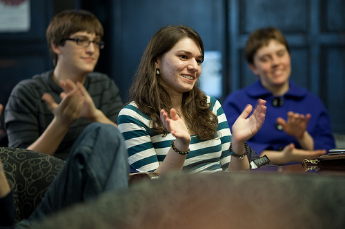 Jenny Ardelean (center) offers applause to a FOTA Open Mic performer on Thursday, Nov. 12.