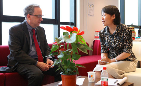 Wu Xiaohong talks with UChicago Prof. Lawrence Rothfield