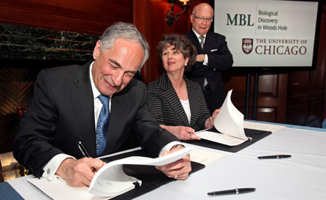President Robert J. Zimmer and MBL President Joan Ruderman sign agreement