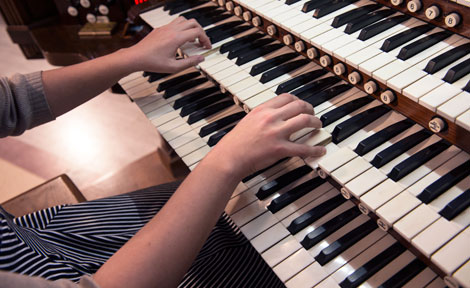 UChicago second-year Chelsie Coren playing organ at Rockefeller Chapel