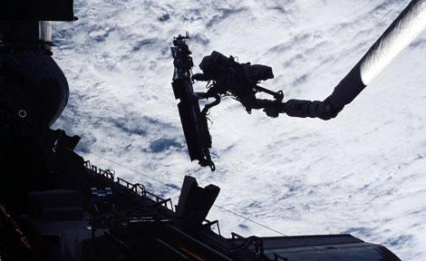 UChicago alumnus John Grunsfeld on space walk