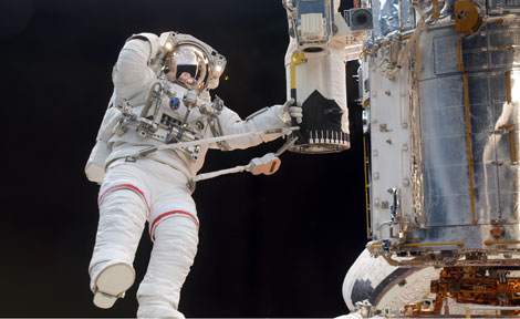UChicago alumnus John Grunsfeld on space walk