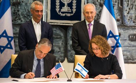 UChicago President Robert Zimmer at Ben-Gurion signing